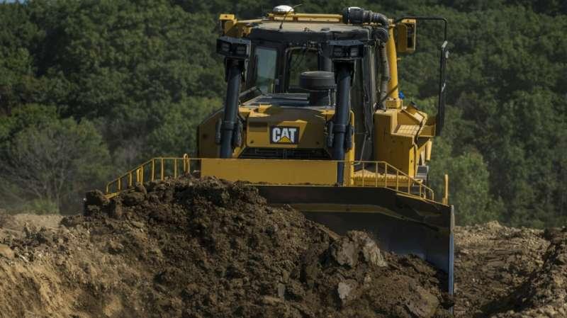 El nuevo bulldozer Cat D8T cuenta con una nueva transmisión totalmente automática, mayor eficiencia en el consumo de combustible y un aumento en la capacidad de las palas