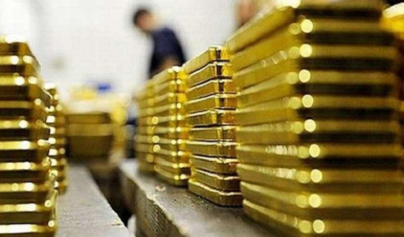 Oro se encamina a cuarta ganancia semanal por retroceso del dólar