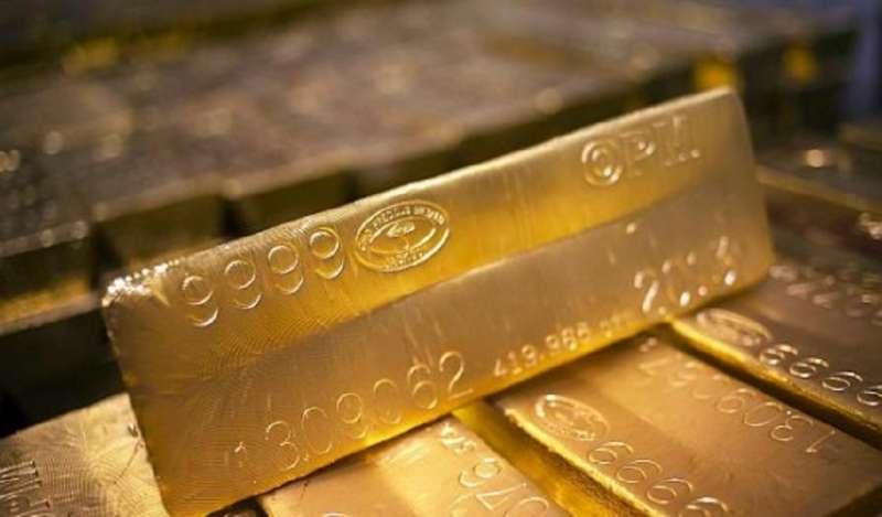 Oro se mantiene cerca de máximo de una semana ante retroceso del dólar