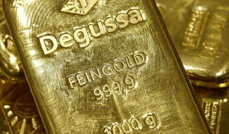 Oro cae a mínimo de una semana por mejora de optimismo comercial