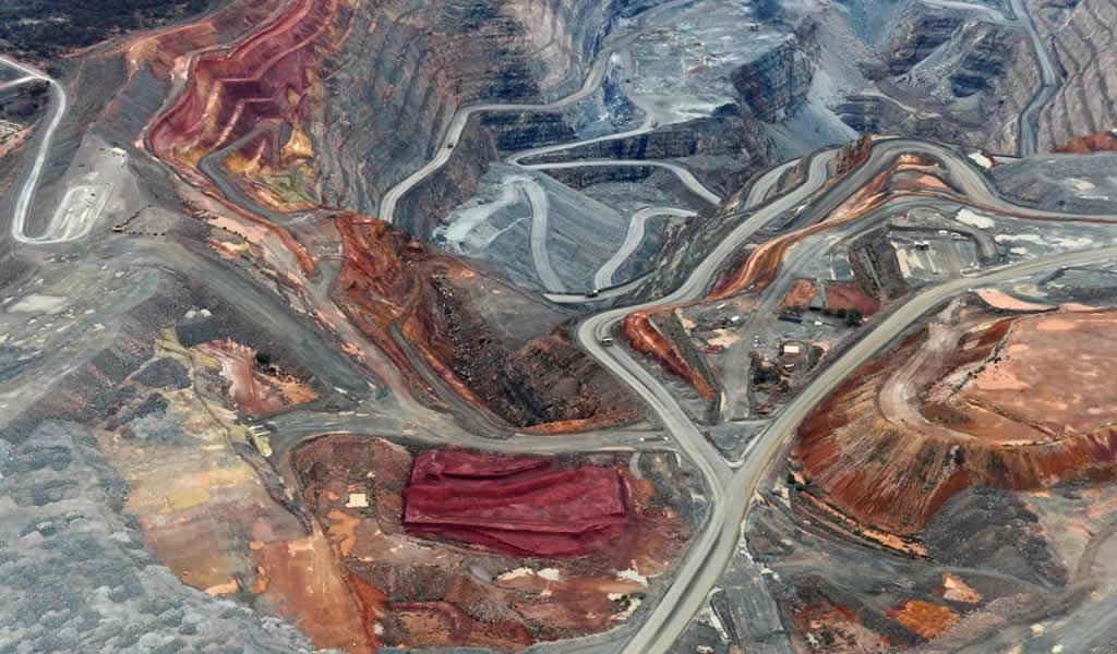 Newmont cae más en 9 meses después de recortar el pronóstico de producción de oro