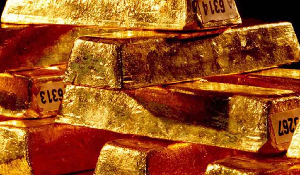 Oro baja por firmeza del dólar mientras atención cambia a dato de inflación en EE.UU.