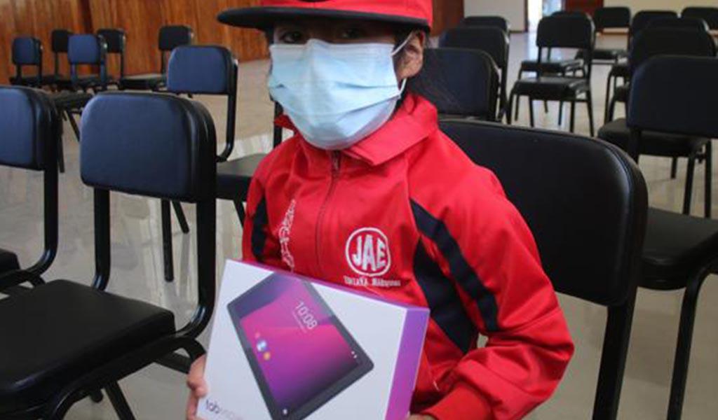Tintaya: Minera Antapaccay entrega tablets a estudiantes